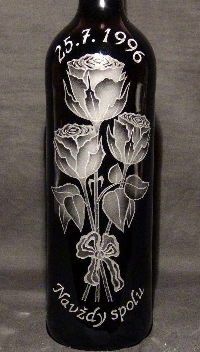photo: Dárek k 25. výročí - lahev vína a růže